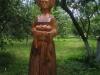 Деревянная скульптура на дорожке парка